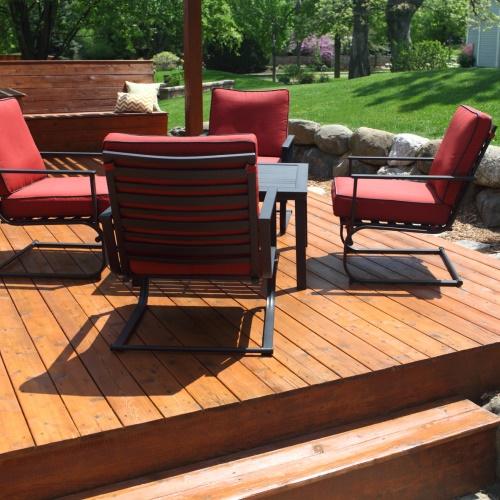 Holzterrassen und Gartenmöbel