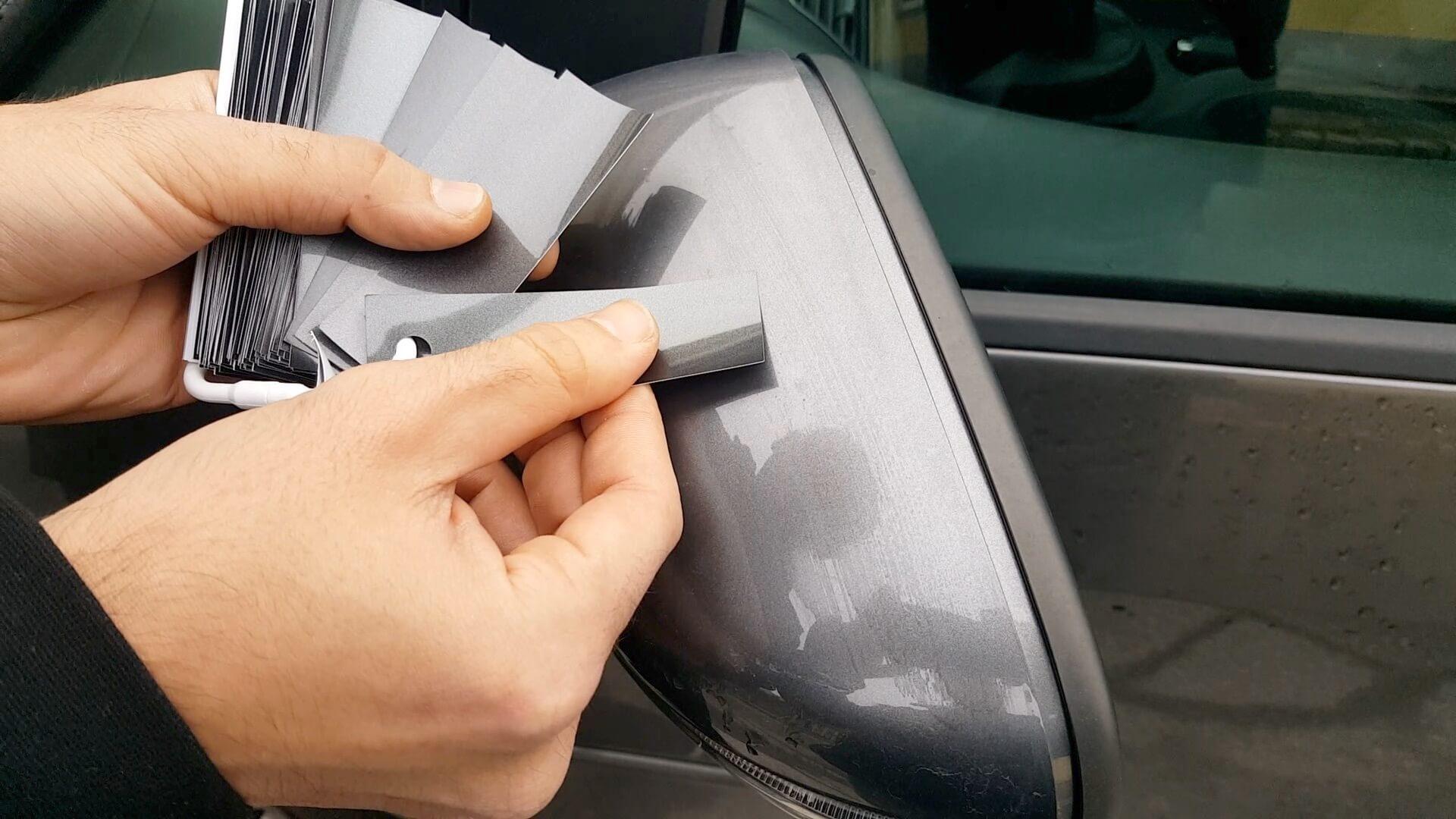 Wir kontrollieren jede Farbnummer nochmal mit dem zu Lackierenden Fahrzeug